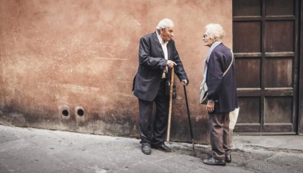 Old_people_conversing_crop